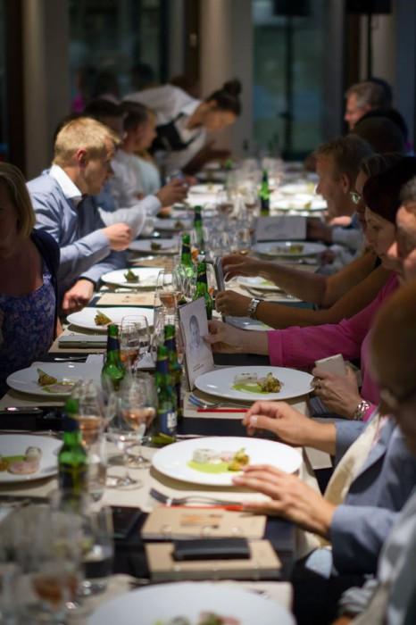 Pitkissä pöydissä viihdyttiin. Jokainen ruoka oli saanut rinnalleen juuri siihen sopivan juoman